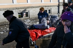 На Лиговском проспекте глыбы льда разбили мужчине и женщине головы: кадры с места происшествия