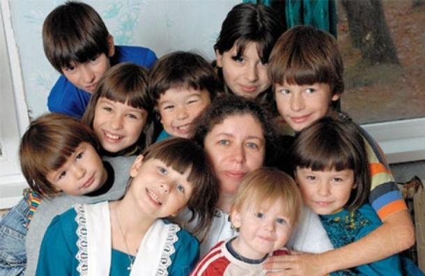 Путин обещал приравнять по льготам многодетные и приемные семьи
