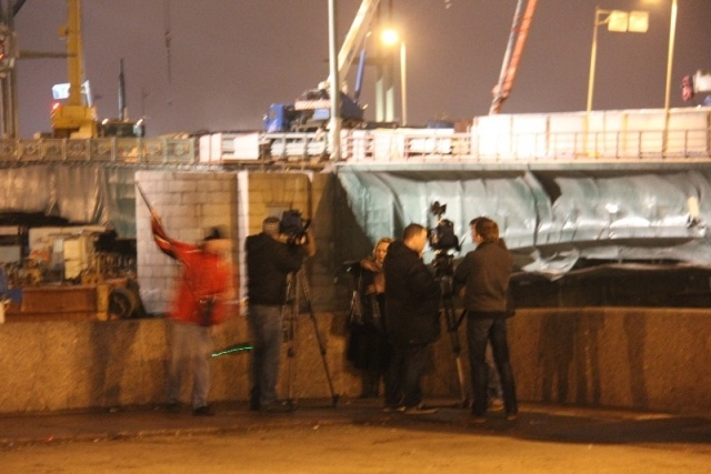 Буксир врезался в опрору Дворцового моста 19 апреля 2013: Фото