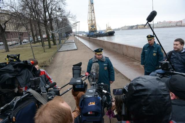 Подъем буксира на Неве, буксир затонул: Фото