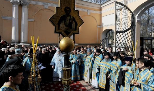 Крестный ход и молебен перед Благовещенской церковью Александро-Невской Лавры: Фото