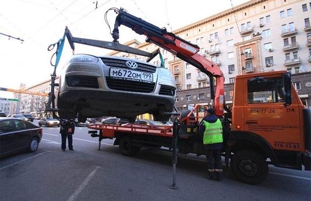 С Тверской эвакуируют припаркованные машины на штрафстоянки