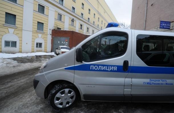 Московские полицейские избили мужчину и прокололи колеса его машины