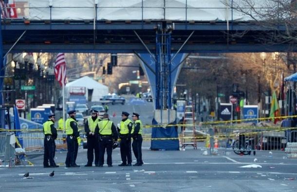 Один из бостонских террористов убит в перестрелке с полицией.
