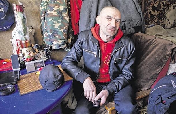 Прописались в шалаше.  Пять мужчин живут в самодельном домике на краю Тропаревского парка