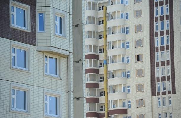 Девочка, выпавшая с 14 этажа дома в Красноярске, осталась жива