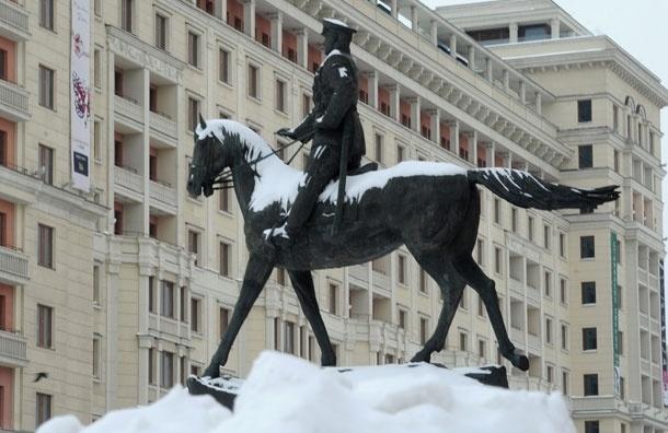 Снег в Москве полностью растаял. Кроме искусственно созданных сугробов