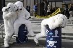 Белые медведи задержаны в Москве за акцию в защиту экологии Арктики