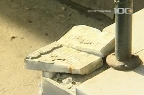 Строители выложили ступени клиники из старинных надгробий