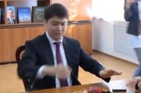 Министра труда и социальной защиты Казахстана Серика Абденова забросали яйцами