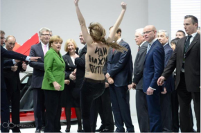На активисток Femen, оскорбивших Путина, завели уголовное дело