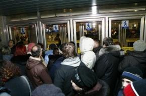 Ремонт эскалаторов на «Проспекте Просвещения» чуть не довел горожан до драки
