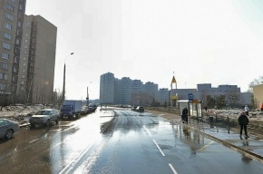 Автомобиль врезался в остановку в Москве, один погибший