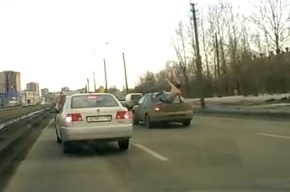 В Петербурге полуголый мужик прыгал на крыши автомобилей прямо на проезжей части