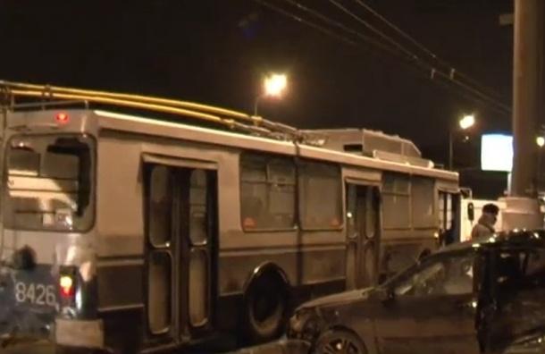 В ДТП с участием троллейбуса и нескольких машин погиб человек