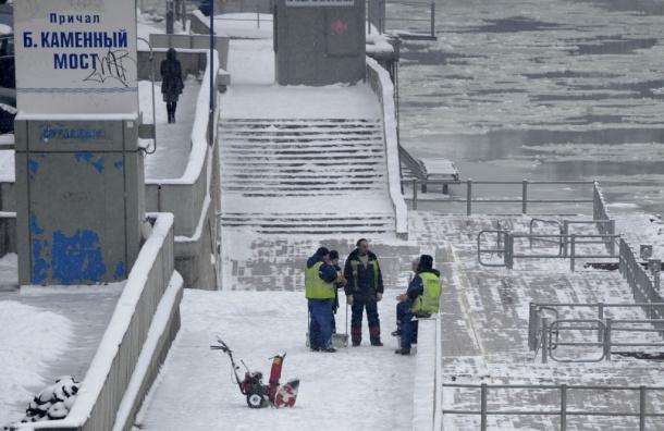 В результате ДТП микроавтобус упал в Москва-реку