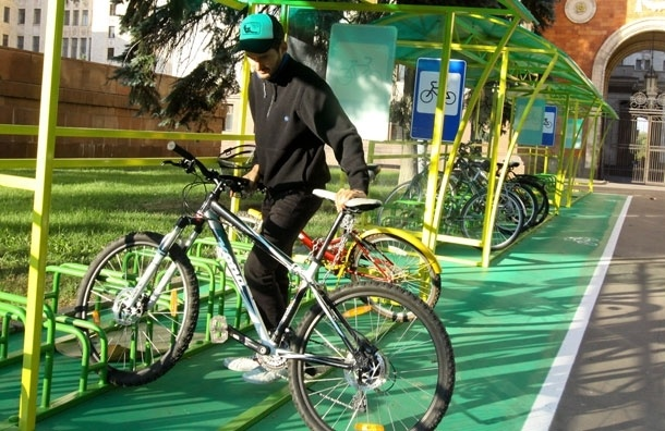 Стоянки-галочки.  В Москве монтируют велопарковки, которые не очень-то и нужны велосипедистам