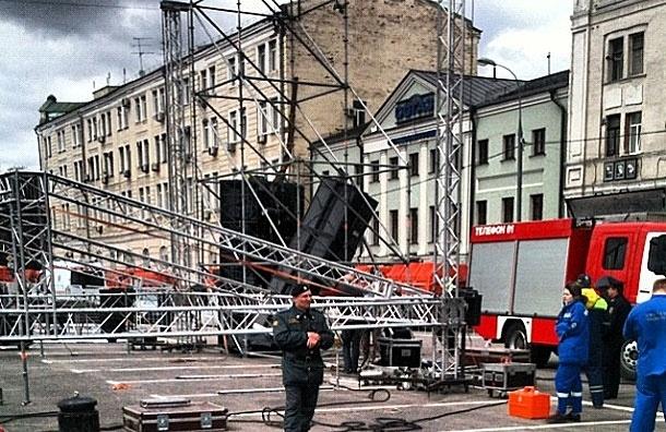 При монтаже сцены на Болотной площади волонтера насмерть раздавила акустическая колонка