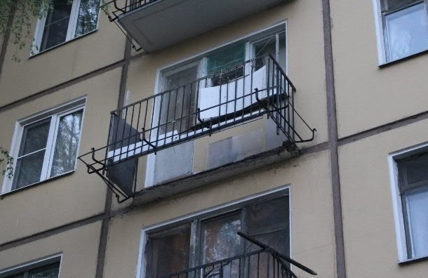 На Новочеркасском проспекте обрушился балкон: хозяйка квартиры упала с 4 этажа и получила травмы