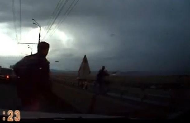 В Красноярске на глазах водителей девушка прыгнула с моста (ВИДЕО)