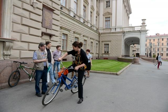 Депутат Ольга Галкина на велосипеде: Фото