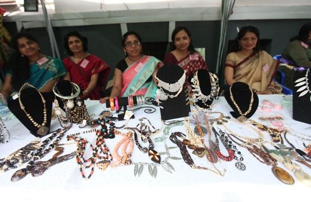 Красочный индийский базар в посольстве Индии: Фото