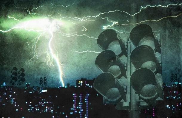 В Петербурге гроза отключила 90 светофоров