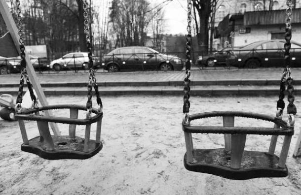 В Ленобласти 14-летняя девочка повесилась на качелях
