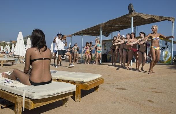 Египетские мусульмане смирятся с выпивающими туристами и туристками в бикини