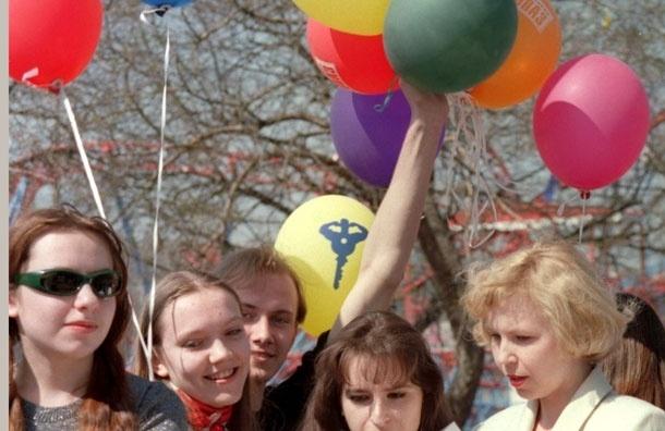 Новая московская мода: отмечать школьный выпускной в Парке Горького, который превращается в гигантский молодежный клуб