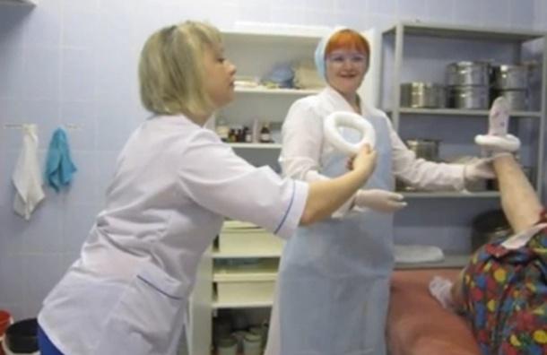 Медсестры - фотомодели, больница - фотостудия, больные - реквизит