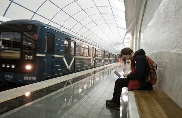 Дымящийся вагон на полчаса остановил движение в метро Петербурга