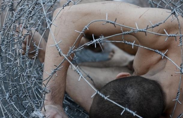 Организаторы рассказали, в чем смысл акции с голым мужчиной у ЗАКСа