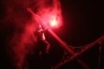 Украинский экстремал повис на пролете разведенного Троицкого моста в Петербурге