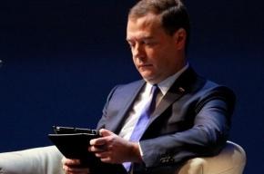Медведев испугался, что его заподозрят в играх на iPad, и стал писать в блокнот