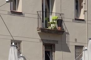 Перед ПЭФ петербуржцев просят не хранить на балконах лыжи и не сушить трусы
