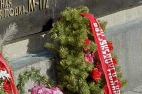 Вандалы сожгли венки у памятника