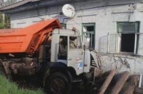 Камаз протаранил жилой дом: три человека пострадали, один погиб