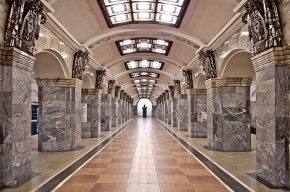 На красной ветке метро Петербурга умер мужчина