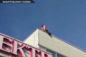 Мигрант залез на крышу «Пятерочки» и потребовал депортации на родину
