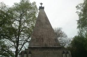 На памятнике советским воинам в Берлине написали «Оккупанты, вон!»