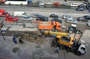 На площади Труда ремонтируют трубы, движение затруднено