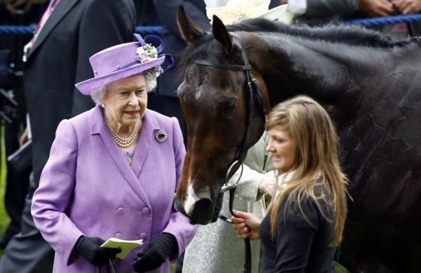 Лошадь Елизаветы II победила на скачках Royal Ascot