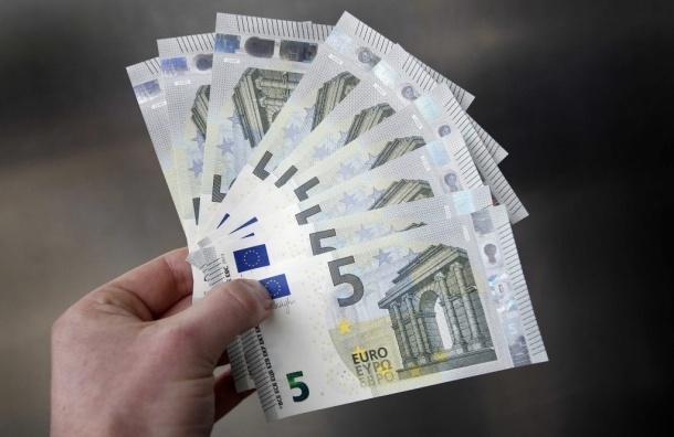 Не желая делиться с женой, немец раздавал деньги прохожим
