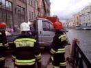 Фоторепортаж: «Газель пробила ограждение набережной Мойки»