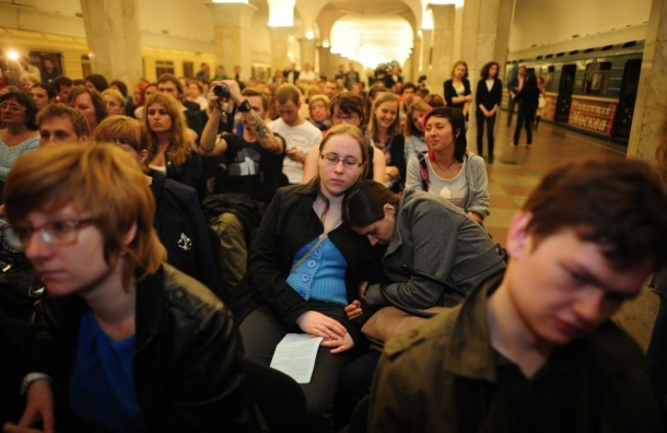 За объятия в метро задержаны две девушки