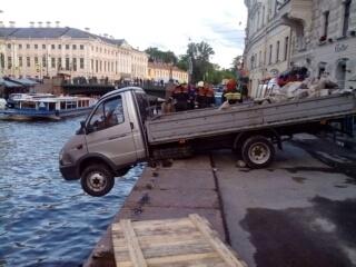 Газель пробила ограждение набережной Мойки: Фото