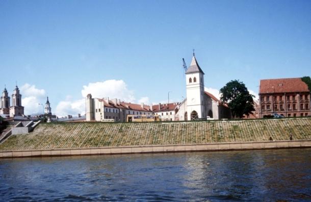 В Каунасе напротив православного храма установили голого мужика - ВИДЕО