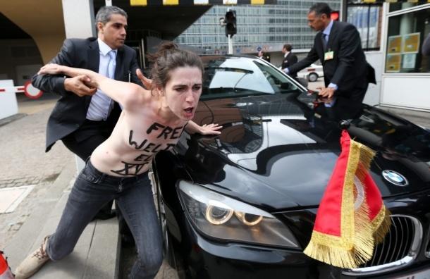 Активистки FEMEN атаковали кортеж премьер-министра Туниса - ВИДЕО