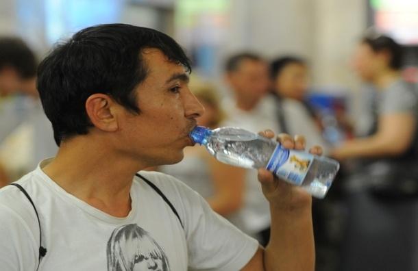 Мошенники продают воду, которая бесплатно раздается в московском метро
